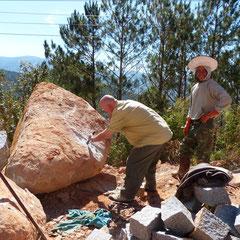Neben der Strasse werden Granitpflaster noch von Hand gefertigt