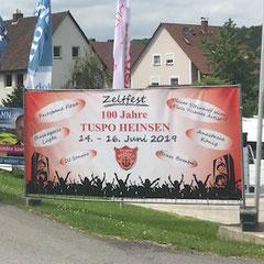 Werbe-Banner an der Straße