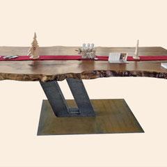 Esstisch aus massiver Platane, seitliche Ansicht, schräger Fuß mit doppelter Säule und Platte aus Cortenstahl