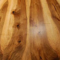 Tischplatte aus Nussbaum-Holz mit kräftiger lebendiger Maserung, Hell-Dunkel-Kontrast von Splintholz und Kernholz