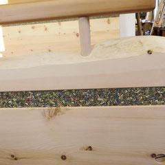 Bett-Fußteil aus Zirbe mit Almkräuter-Einlage und Baumkante