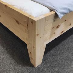 """Detail Bett """"Herzschlag"""": metallfreie Steckverbindung von Bettfuß und Rahmen, Ecke des Fußes"""