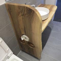 Waschtisch-Seitenteil mit eingearbeiteten Nischen für Toilettenpapier, vordere Kanten in natürlicher, unregelmäßiger Form