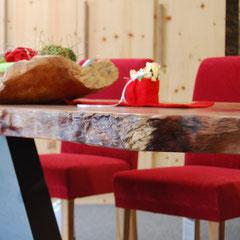 Naturholzkante der Tischplatte aus Platanen-Holz