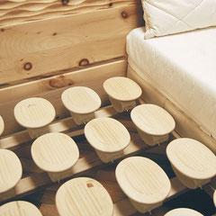 Relax-Tellersystem in einem Zirbenholzbett