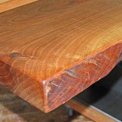 Ecke der Tischplatte mit Naturholzkante