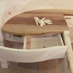 Detail integrierter Nachtkasten mit Apfelholz-Ablage, Schubkasten und Staufach