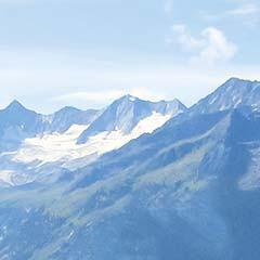 Fernblick über Alpen-Panorama mit blauem Himmel