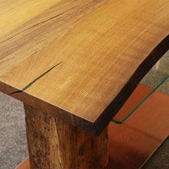 Ecke der Tischplatte aus alter Mooreiche