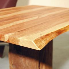 Couchtisch – Detail Ecke der Tischplatte und Naturkante,  kräftiger Kontrast von Splintholz (hell) und Kernholz (dunkel)