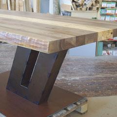 Unikat-Tisch mit einer Nussbaum-Platte aus dem Forst des Schauspielers Paul Hörbiger auf einem Fuß aus Cortenstahl