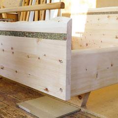 """Schwebebett """"Wald und Wiese"""" Detail: Fußteil mit Bettüberwurfstange, metallfreie Verarbeitung mit Holzschrauben, zurückversetzter Schwebefuß"""