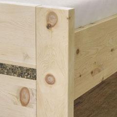 Detail Fußteil: handwerkliche Verarbeitung von Zirbenholz und Kräuterbeschichtung