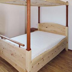 """Himmelbett """"Sterntaler"""" mit Nachtschränkchen beim Kunden, Zirbenholz mit Details aus Elsbeere"""