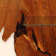 Detail mit Holz-Struktur und Glasablage