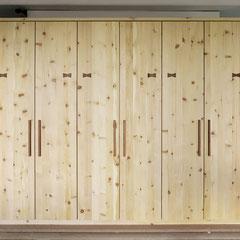 Zirbenschrank mit 6 Türen, Griffe und Schleifen-Applikationen aus Birnbaum