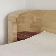 Gebogene Kopfteil-Seite mit Ablage aus Zwetschgenholz