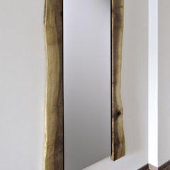 Spiegel mit seitlicher Nussbaum-Einfassung, Außenseiten mit natürlicher Baumkante