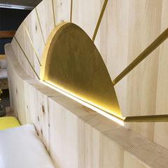 """Detail Zirbenholzbett """"Morgensonne"""": LED-Beleuchtung an"""