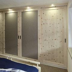 Zirbenschrank mit 4 Schwebetüren, mittlere Türen mit Auflagen aus grauem Wollfilz