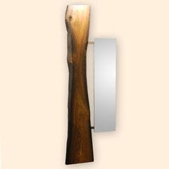 Stammscheibe einer 1500 Jahre alten Mooreiche mit unregelmäßigen Natur-Kanten und rechts seitlich angebrachtem rechteckigem Spiegel