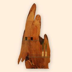 schwungvoll geformtes, an ein Dreieck erinnerndes Wandobjekt aus einer Baumscheibe mit 2 Glasablagen