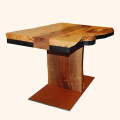 Beistelltisch aus Holzplatten, verschiedene Hölzer und Bodenplatte aus Metall