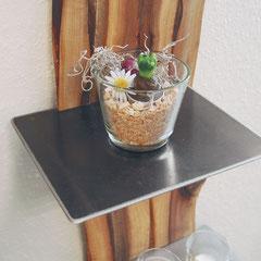 Metallablage an der Holzscheibe