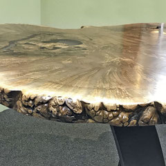 Naturholzkante der Tischplatte aus kaukasischem Nussbaum
