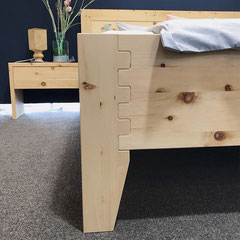 """Detail Bett """"Herzschlag"""": metallfreie Steckverbindung von Bettfuß und Rahmen, frontal"""