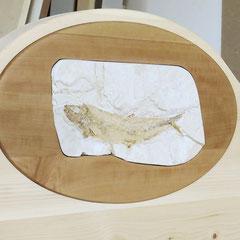 """Oval aus Birnbaum mit Fossil """"Tharsis"""", eingearbeitet in das Kopfteil des Zirbenbetts """"Säulenbogen"""""""