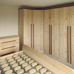 Eckchrank aus Zirbenholz, kurzer Schenkel links mit 1 Tür