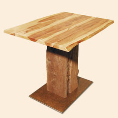 Couchtisch aus einem alten Dachbalken mit einer Fussplatte aus Stahl und einer Stammbohlen-Platte