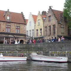 Überall in der Stadt halten die flachen, offenen Boote.