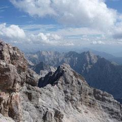 Wir schauen dagegen nur still und erfreuen uns an dem Anblick der für uns namenlosen Bergfelsen weit über der Baumgrenze.