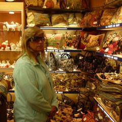 Touristengeschäfte gibt es natürlich auch. Schuhe und Taschen interessieren Frauen immer.