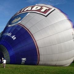 Ganz langsam füllt sich der Ballon etwas. Jetzt fehlt heiße Luft!