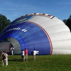 Zuerst wird mit einem Riesengebläse Luft in die Ballonhülle eingeblasen.