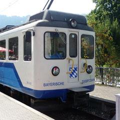 Am Morgen bringt uns die Zugspitzbahn bequem von Garmisch auf den Berg. Wir genießen die Fahrt und die Aussicht.