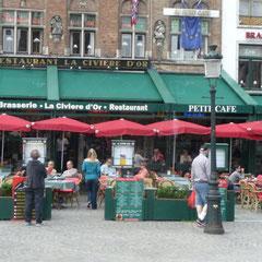 Rund um den großen Markt gibt es viele Cafés und Restaurants.