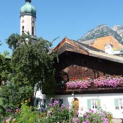 Noch stehen die Blumen im Garten des Garmischer Hotels in voller Pracht.
