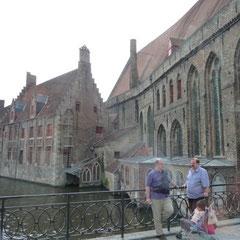 Ah! Ein Orientierungspunkt ist in Sicht: Das Sint-Jansspital. Heute ein sehenswertes Hospitalmuseum mit einem alten Krankensaal und allerlei medizinischer Gerätschaft aus früherer Zeit.
