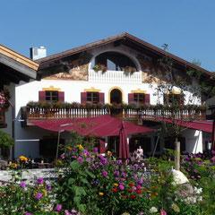 Die bunt bemalten Häuser in Oberbayern strahlen immer eine gewisse Behaglichkeit aus.