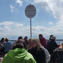 Im höchsten Biergarten Deutschlands ist es voll, aber es geht auch hier bayrisch-gmiatli zu.