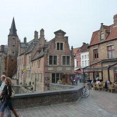 Wir sind begeistert von der mittelalterlichen Stadt. Hier der Roezenhoed Kai.