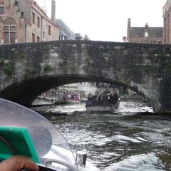 Bei manchen niedrigen Brücken zieht man auf dem Boot unwillkürlich den Kopf ein.