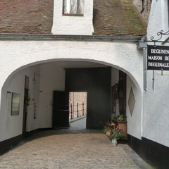 Das Beginenhaus ist heute ein Stift der Benediktinerinnen und strahlt trotz der Stadtlage eine gewisse Abgeschiedenheit aus.