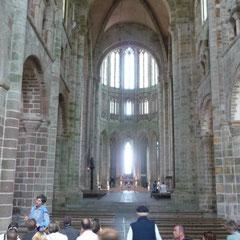 Die Kirche von Mont St. Michel ist gut besucht.