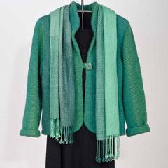 Jacke aus Schurwolle, Leinen und Baumwolle gewebt in Scheindreherbindung und gefilzt Seidenschal in Scheindreherbindung gewebt