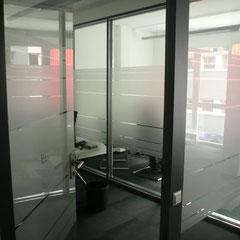 Sichtschutz Folien mit Raumnamen ausgespart